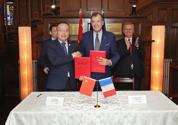Club Med与中国滑雪协会达成合作协议,积极助力中国冰雪运动发展(左:国家体育总局冬季运动管理中心常务副主任丁东先生,右:Club Med全球总裁亨利-吉斯卡-德斯坦先生)